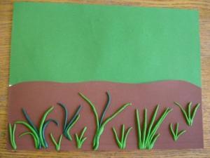 ВЕСЕННЯЯ ПОЛЯНКА ИЗ ПЛАСТИЛИНА Берем белый лист картона, который будет нашей основой. Затем, берем зеленый и коричневый картон, вырезаем их по образцу и наклеиваем на нашу основу. Берем зеленый