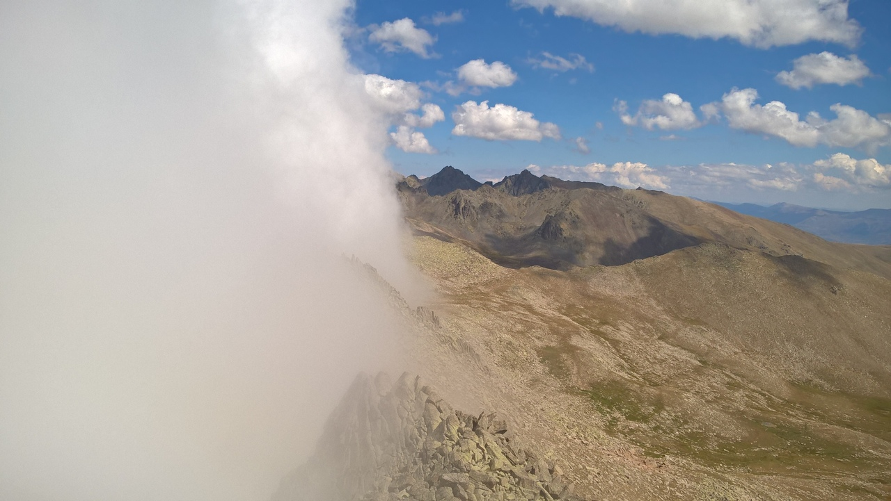 в горах Качкар туман идёт со стороны Чёрного моря