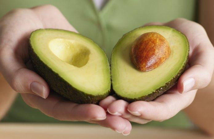 Авокадо полезен не всем: кому не стоит есть несладкий фрукт и почему