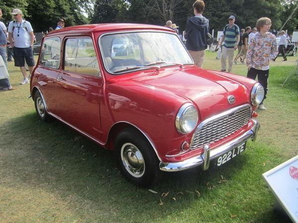 MINI (ПРОИЗВОДИЛСЯ С 1958 - 2000 ГОДЫ) 1956 году Леонард Лорд собрал команду из 8 человек и они начали трудиться над максимально компактным автомобилем. Машина с габаритами 3×1,2×1,2 м должна