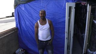 Парень показывает внутри свой дом.   LOS ANGELES SKID ROW INTERVIEW /  GUY SHOWS INSIDE HIS TENT