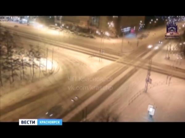 В центре Красноярска автомобиль ДПС во время погони попал в серьёзную аварию