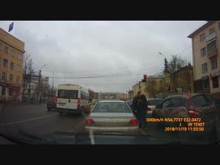 Буйная автоледи устроила драку на дороге в Смоленске