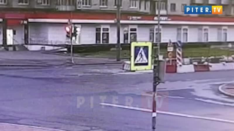 Автомобиль залетел в зону дорожных работ на проспекте Ветеранов
