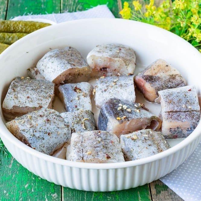 Запеченный в сметанном соусе в духовке минтай