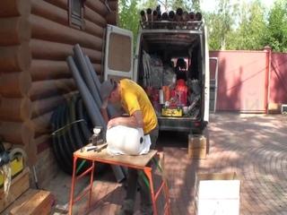 Автомобиль-техничка и мобильное рабочее место профессионального сантехника.