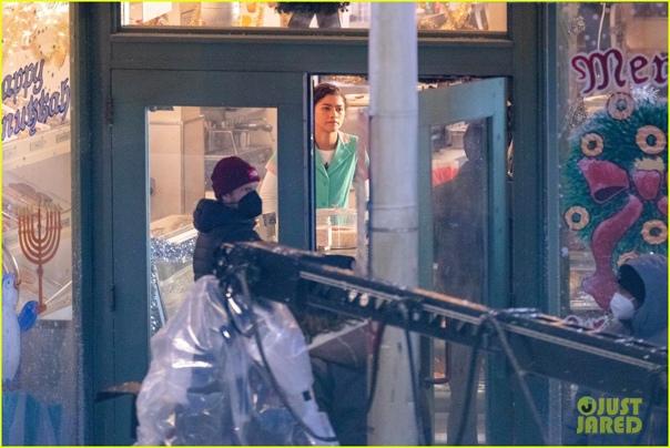 Производство третьего «Человека-паука» вовсю продолжается На съемочной площадке уже засветилась Зендея и довольно интересные объявления на стенде. Ждём остальных. Премьера назначена на 16