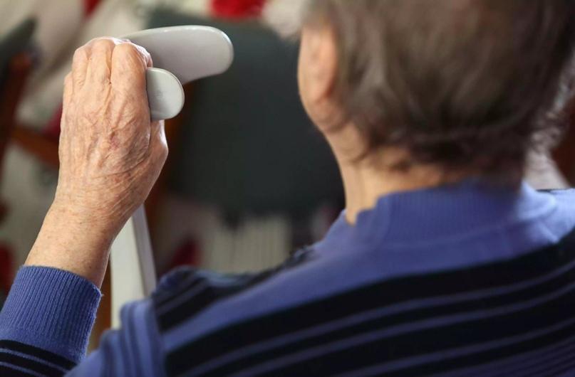 Пожилой гражданин держится за костыль .Адам Берри / Getty Images