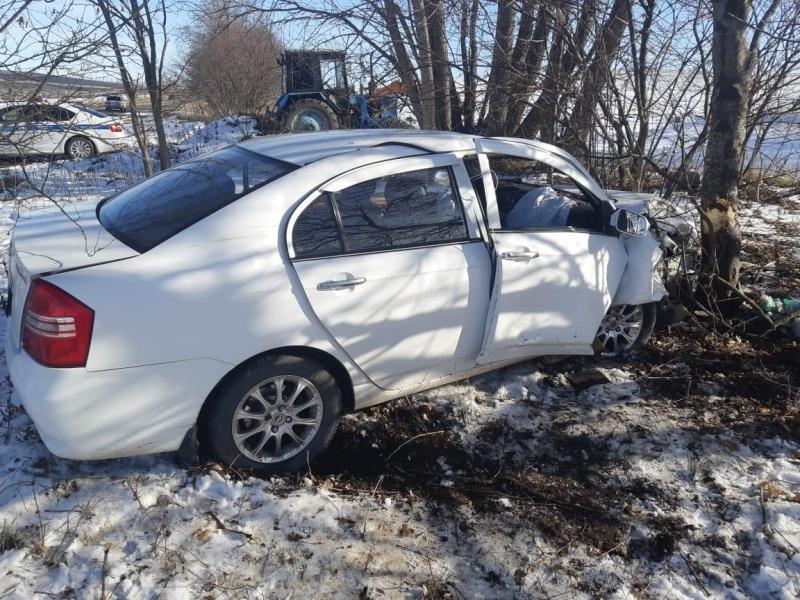 В КЧР пенсионер за рулем Lifan врезался в дерево