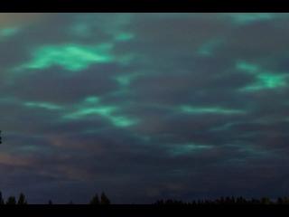 Вот такое яркое сине-изумрудное небо среди толщу с...