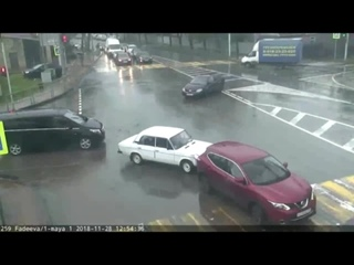 Вот такой «поцелуй в зад» вчера днем сняла камера ЕДДС на пересечении улиц имени Фадеева и 1-го Мая