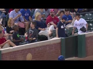 Юный болельщик поймал бейсбольный мяч и подарил его девушке!