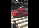 Голая йога на крыше автомобиля