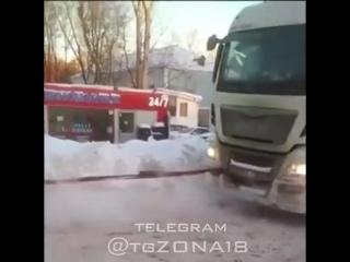 Подмосковные полицейские помогают вытаскивать из снега большегрузы. И ролики креативные потом выкладывают.