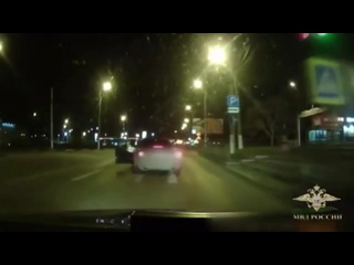В Керчи инспектор ГИБДД лейтенант полиции Рустам Алиев на ходу запрыгнул в машину пьяного водителя и сумел её остановить