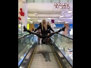 Парень с девушкой всех удивили в торговом центре