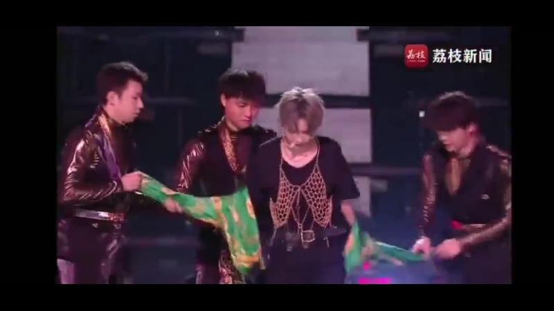 Troca de figurino no palco do Concerto de Véspera de Ano Novo da Jiangsu TV