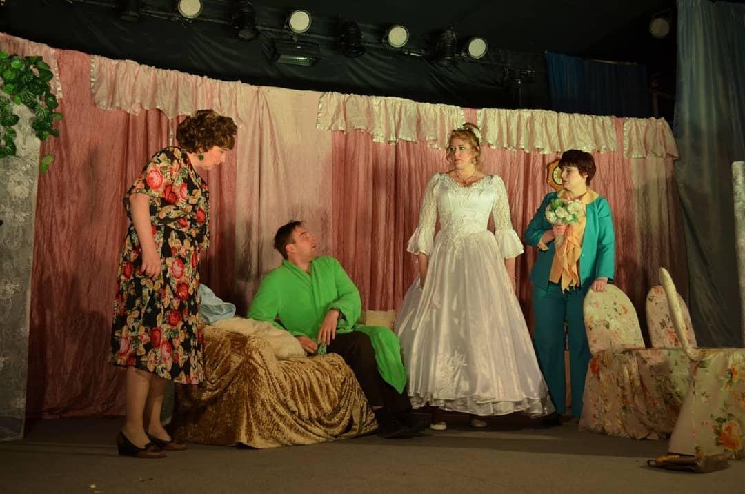 Актёры Вольского драмтеатра представили петровчанам спектакль «Два часа счастья»