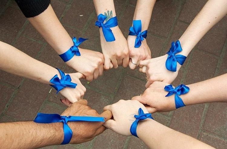 «Синяя лента апреля - символ борьбы с насилием над детьми»