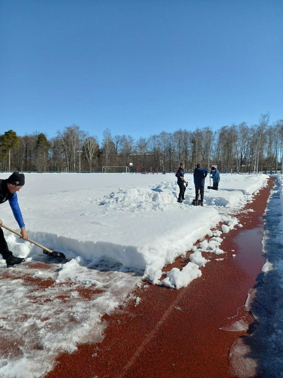 Сегодня можгинские легкоатлеты вышли на расчистку беговой