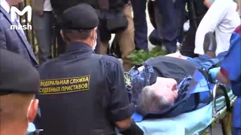 Ефремова на носилках вынесли из здания суда