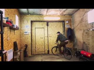 Мурк катается кругами на велике по гаражу (пока Ксюша связана в подвале)