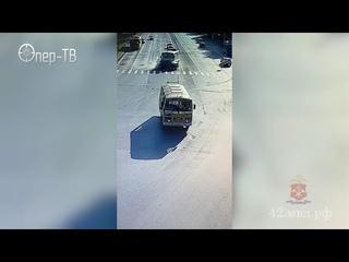 В Кемерове полицейские устанавливают обстоятельства ДТП с участием пассажирского автобуса