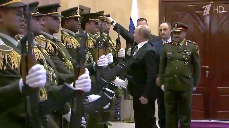 Владимир Путин во время визита в Палестину поднял упавшую фуражку военнослужащего почетного караула