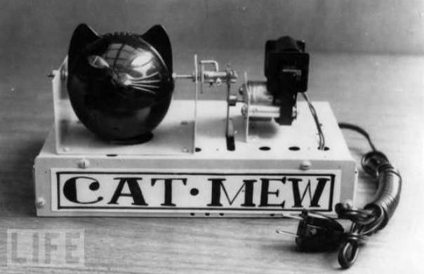 Машина Cat-Mew (1963) Эта японская машина мяукает раз в минуту, чтобы отпугнуть крыс и мышей. У неё даже глаза