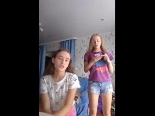 Классные сёстры (live запись трансляции девочки девушки школьницы стройные милые шортики girls schoolgirls young teen shorts)