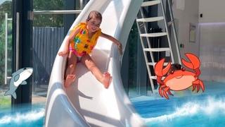Веселая летняя история как НАСТЯ плавает в бассейне. A fun story about NASTYA swimming in the pool