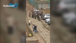 Военный оркестр не устоял и сыграл детям / RuNews24